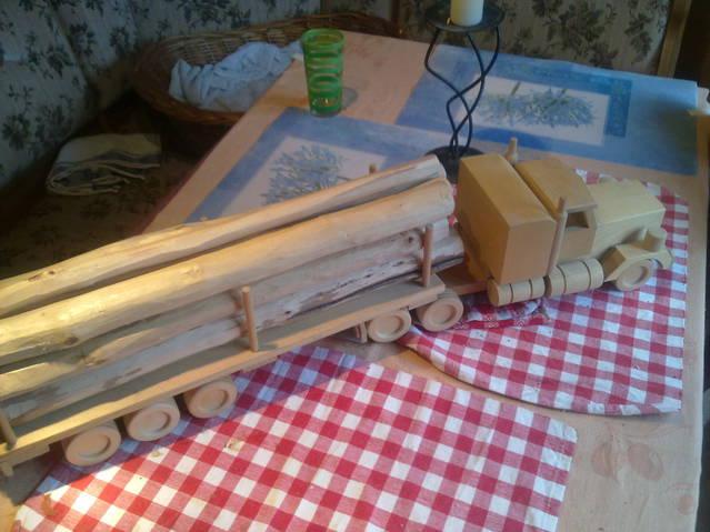 Lastwagen mit Anhänger & Holzladung - Handarbeit